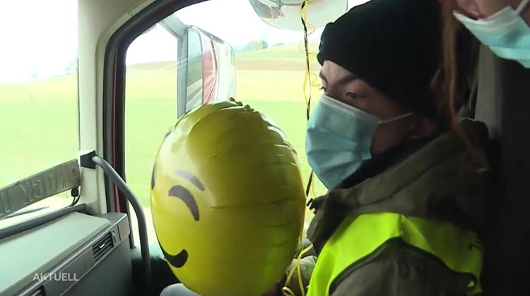 Grosse Überraschung für den nun 18- jährigen Kim: Er kann in LKW mitfahren und erhält Geburtstags-Konvoi