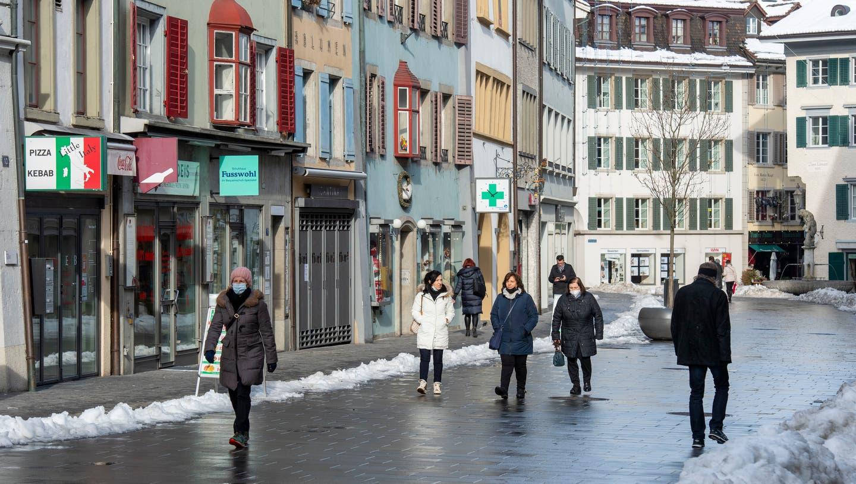 Passantinnen und Passanten in der Weiten Gasse, Baden, 20. Januar 2021. Die meisten Geschäfte sind geschlossen. (Alex Spichale / BAD)