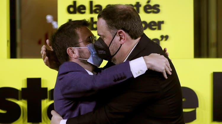 Party bei den Separatisten: Pere Aragones (l), Spitzenmann der Republikanischen Linken, mitOriol Junqueras. (Alberto Estévez / EPA)
