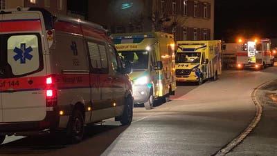 Ein seltenes Bild: Wegen einer Schlägerei waren mehrere Ambulanzen im 330-Seelen-Dorf Rümikon. (Bild: Leserbild(9.2.2021))