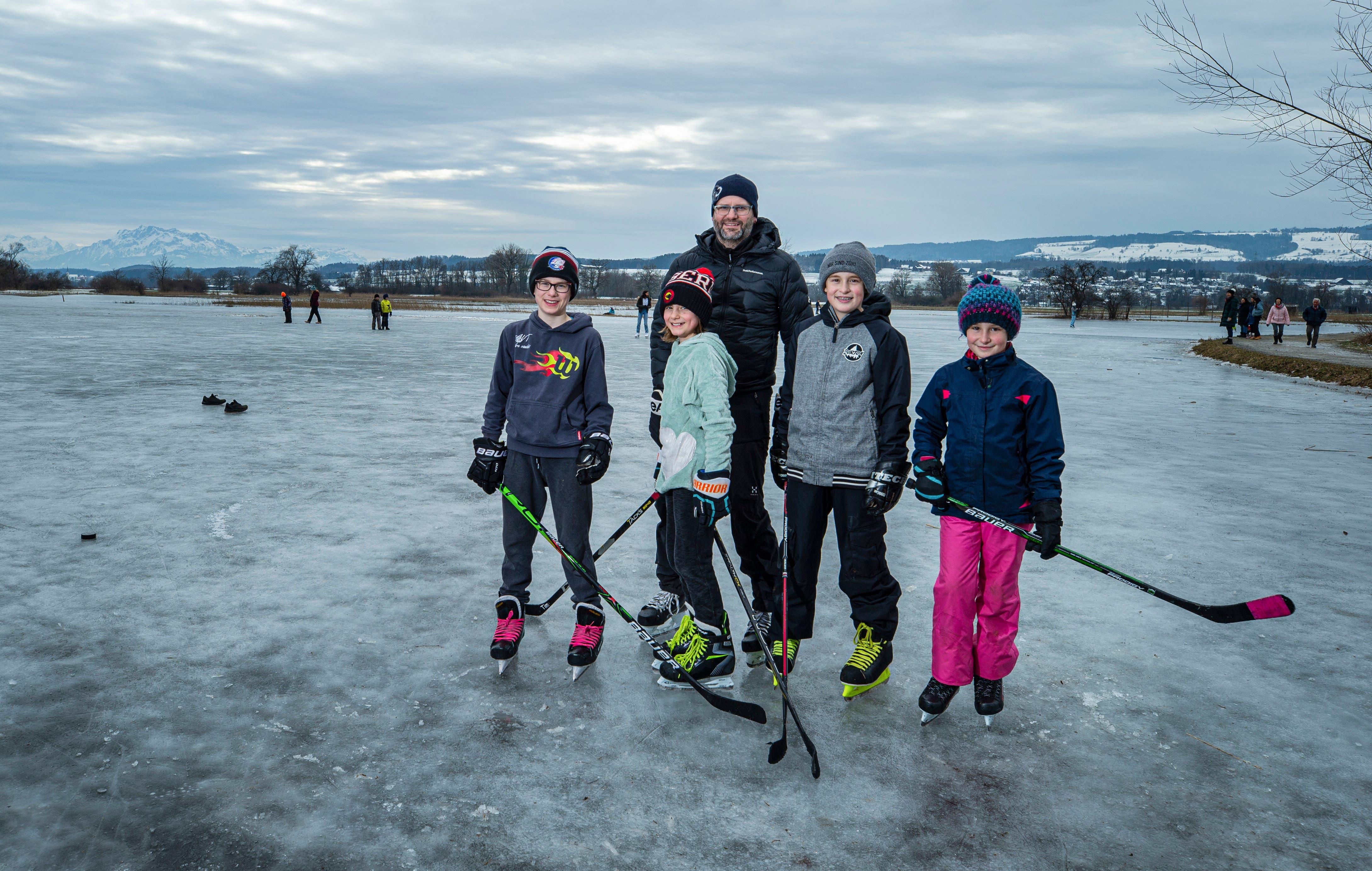 Tim, Zoe und Patrick Eichmann sowie Noah und Arina Zimmermann aus Obfelden spielen im Reussspitz Eishockey.