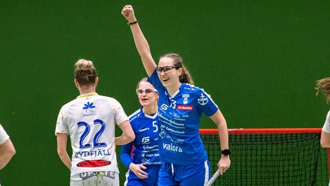 Andrina Kiser (Mitte) jubelt über das 1:0. (Bild: Christian Herbert Hildebrand (Zug, 13. Februar 2021))