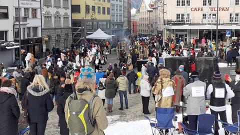Güdismontagin Einsiedeln: Über 1000 Zuschauer verfolgen den Sühudi-Fasnachtsumzug - trotz Versammlungsverbot. (Bild: Leser Markus Liebich)