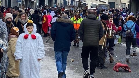 Hunderte ziehen am Montagmorgen amSüühudiumzug durch Einsiedeln. Am Abend löste die Polizei fasnächtliche Menschenansammlungen auf. (Bild: Benno Kälin)