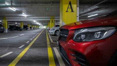 Auch in der Tiefgarage im Einkaufszentrum Metalli machte sich der Zuger an Autos zu schaffen. (Bild: Stefan Kaiser (Zug, 16. Februar 2021))