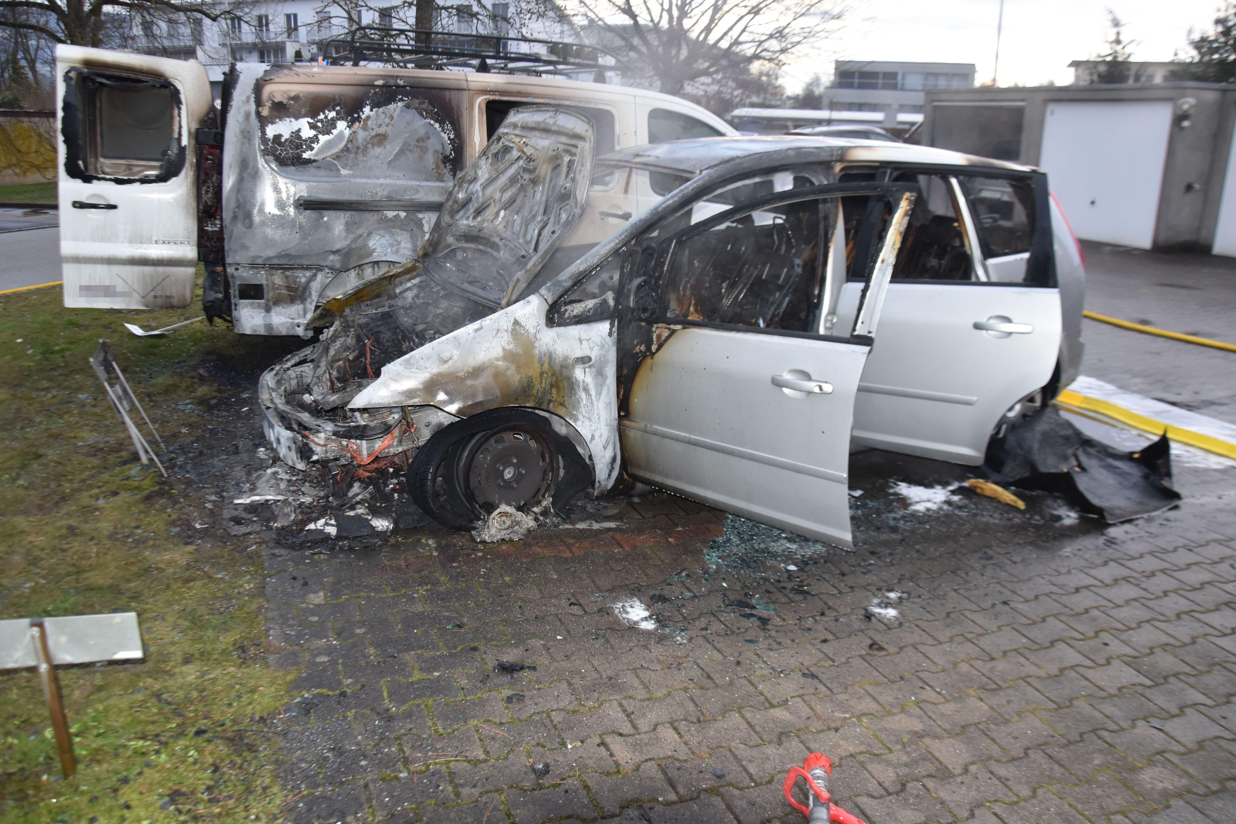 Die Fahrzeuge wurden durch den Brand stark beschädigt.