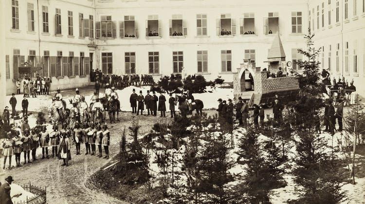 Der Fasnachtsumzug Solothurn  1887 mit afrikanischen Tänzerinnen zu Besuch. Zu dieser Zeit wurde der Ambassadorenhof als Kantonsschule benutzt. (Solothurner Zeitung)
