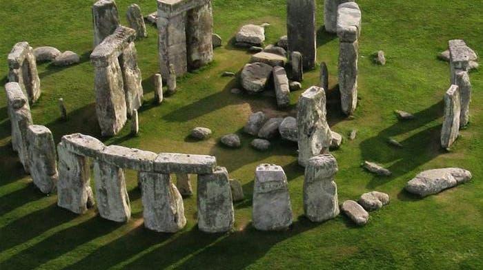 Stonehenge, was heute noch steht: In der Mitte die Sarsen-Trilithen, der Ring mit den Decksteinen; Innerhalb des Trilithen-Hufeisens sind noch einige Bluestones zu erkennen. (goldentours.com)