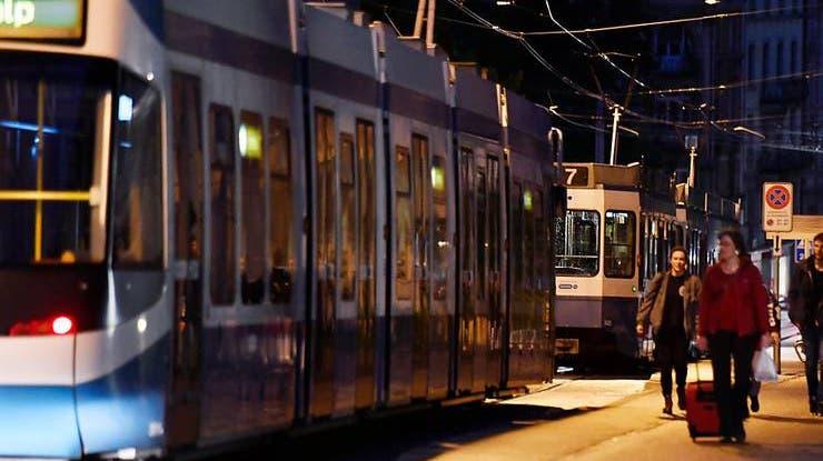Der Pilot eines Trams ist in Zürich mit einem Laserpointer im Auge getroffen worden. (Symbolbild) (Keystone/WalterBieri)