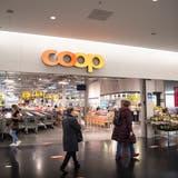 Kleinere, lokale Läden sind in Pandemiezeiten beliebter. Das kommt Coop zu Gute. Im Bild ist eine Filiale in Winkeln SG zu sehen, die jüngst verkleinert wurde. (Ralph Ribi)