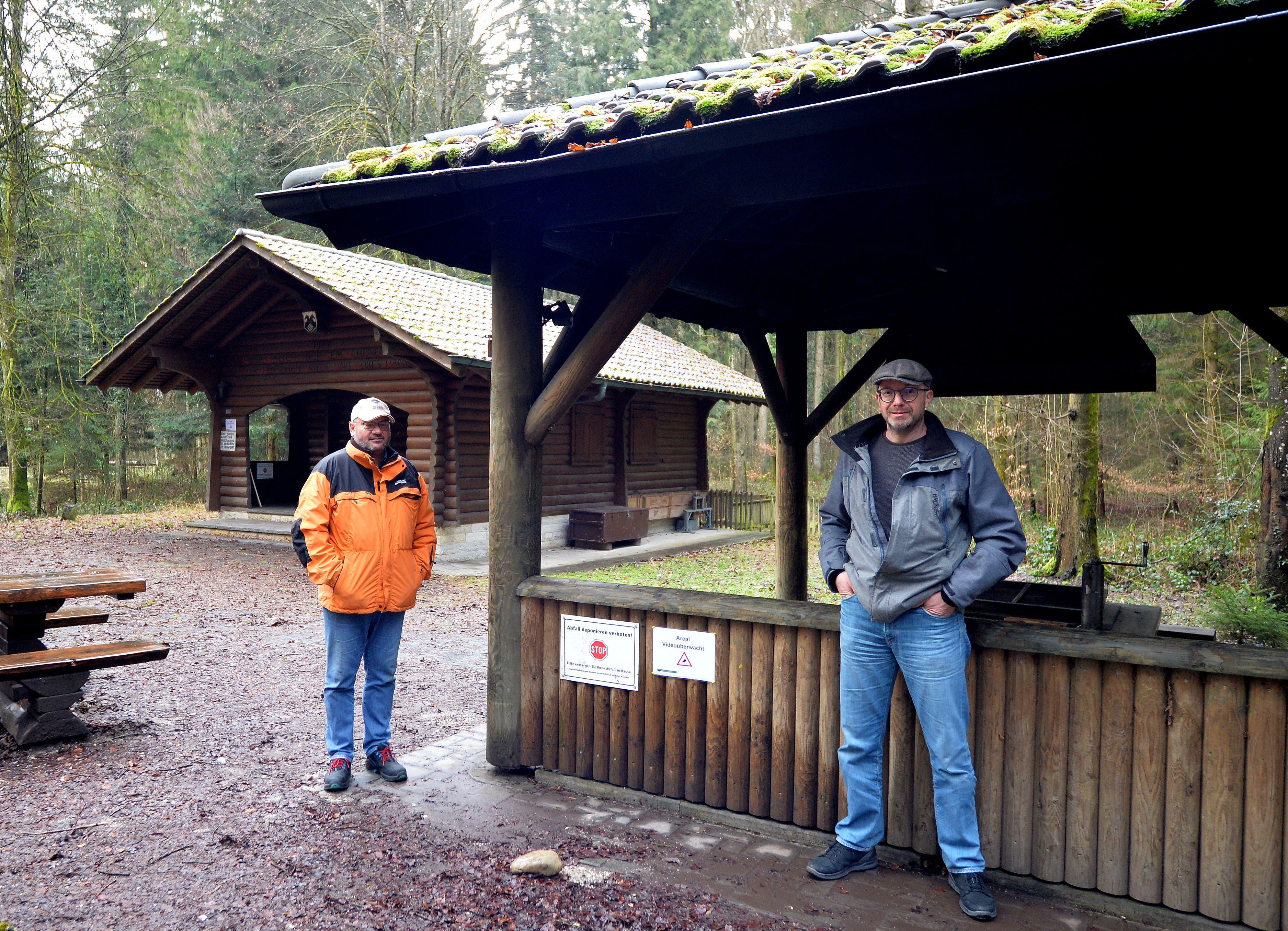 Bürgergemeindepräsident Martin Kofmel und Ressortleiter Stephan Moser vor dem Deitinger Waldhaus.