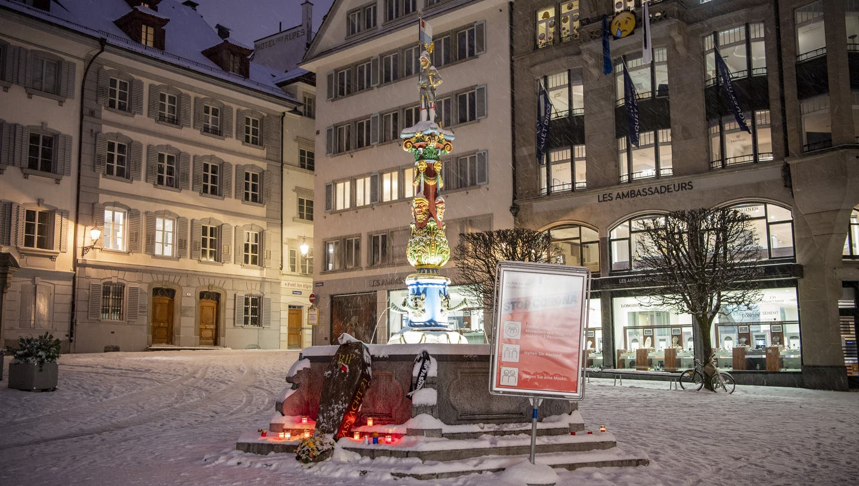 Der Fritschibrunnen auf dem Kapellplatz um 6 Uhr morgens am Schmutzigen Donnerstag. (Bild: Urs Flüeler/ Keystone (Luzern, 11. Februar 2021))