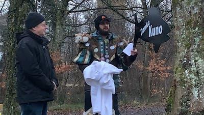Ämmekracher-Ober Florian Müller überreicht Kuno Tschumi «seinen» Gropp. (zvg)