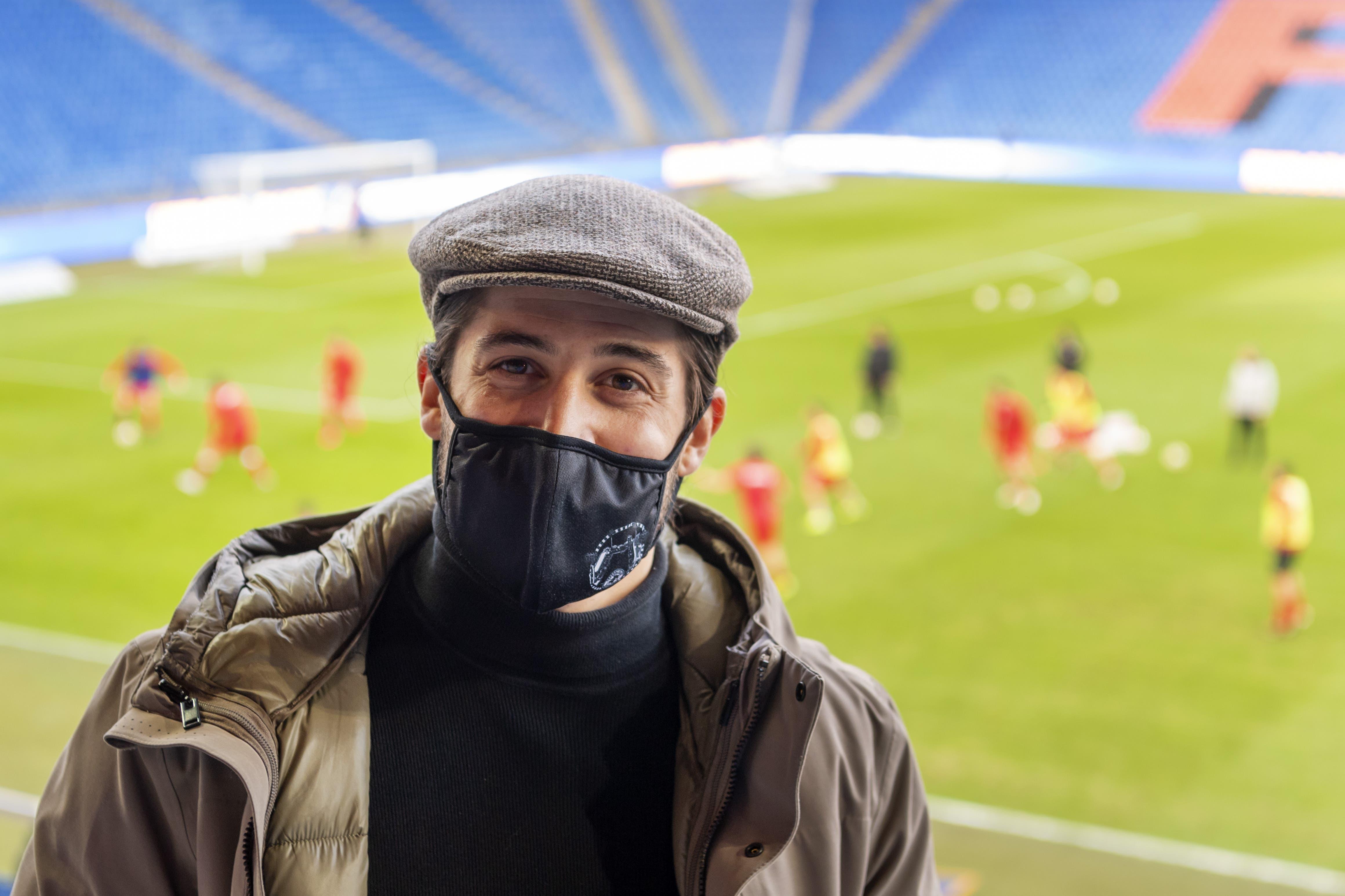 Der verletzte Davide Callà vom FC Winterthur schaut seinem aktuellen und ehemaligen Klub zu. Er muss verletzt auf der Tribüne Platz nehmen.
