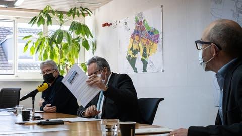 Stadtrat Ernst Zülle, Stadtpräsident Thomas Niederberger mit einem ausgedruckten Zeitungsartikel und der städtische Finanzchef Thomas Knupp wollen Aussagen richtig stellen. ((Bild: Kevin Roth))