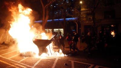 Brennende Barrikaden in Barcelona: Nach der Festnahme eines Rappers eskaliert die Situation in der spanischen Metropole. (Toni Albir / EPA)