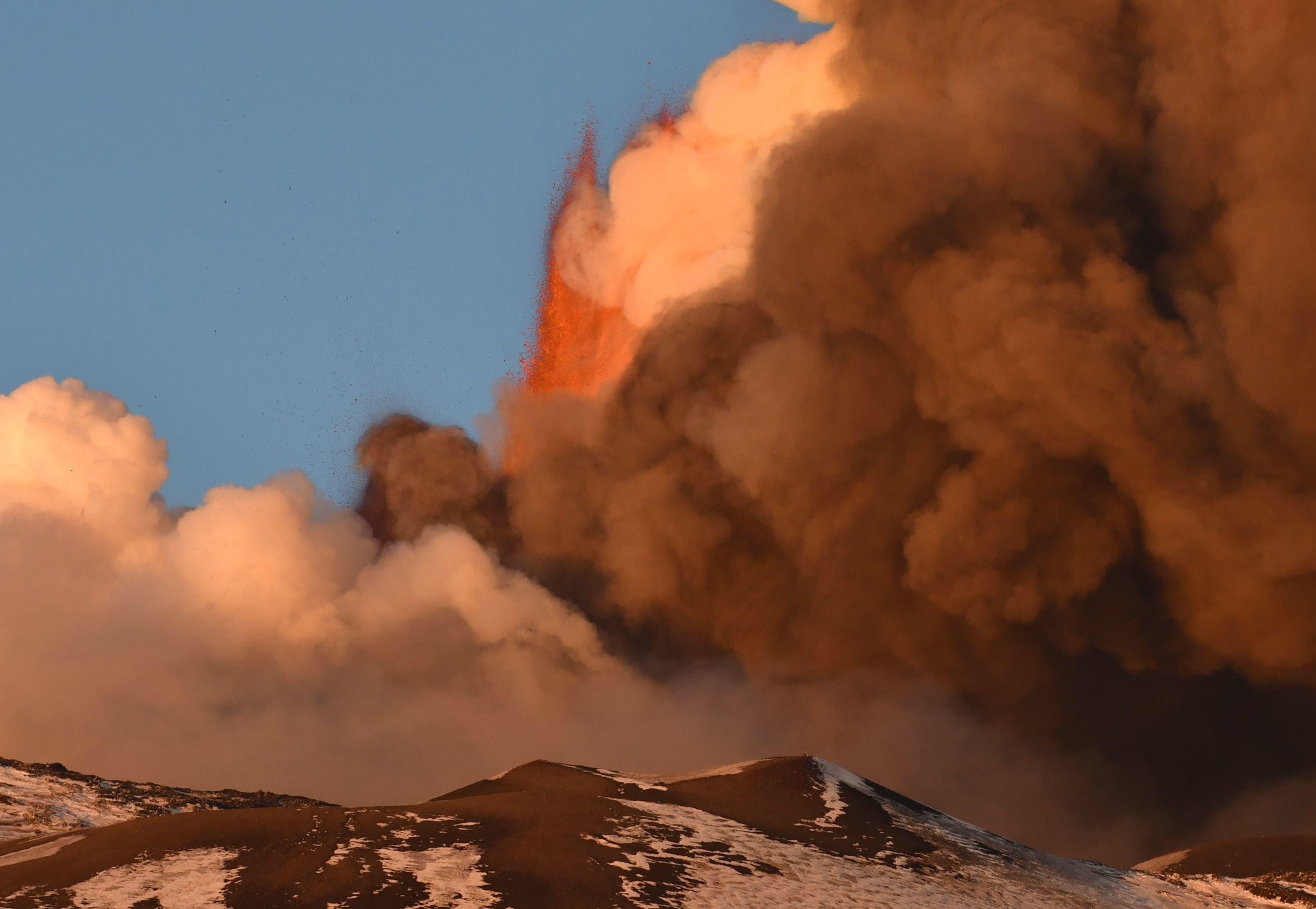Der Vulkan auf Sizilien mit kilometerhohen Aschewolken.