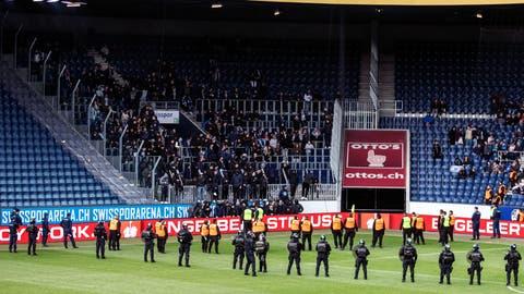 Sicherheitskräfte stellen sich in der Swisspor-Arena auf. (Bild: Alexandra Wey / Keystone (Luzern, 12. Mai 2019))