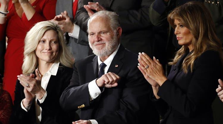 Rush Limbaughfreut sich am 4. Februar 2020 darüber, dass er die Presidential Medal of Freedom von Präsident Donald Trump bekommt. Links seine Gattin Kathryn, rechts Melania Trump. (Patrick Semansky / AP)