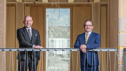 Bankratspräsident Daniel Dillier (links) und CEO Bruno Thürig im Neubau des Hauptsitzes der Obwaldner Kantonalbank, der innen derzeit ausgebaut wird. (Bild: PD (Sarnen, 18. Februar 2021))