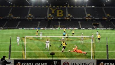 Jordan Siebatcheu erzielt den vielbejubelten Siegtreffer für YB. Leverkusens Goalie Niklas Lomb streckt sich vergeblich. (Freshfocus)