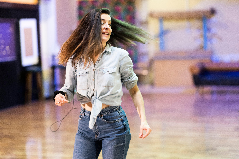 Montse Bello allein im leeren Tanzstudio während der Boogaloo-Lektion.