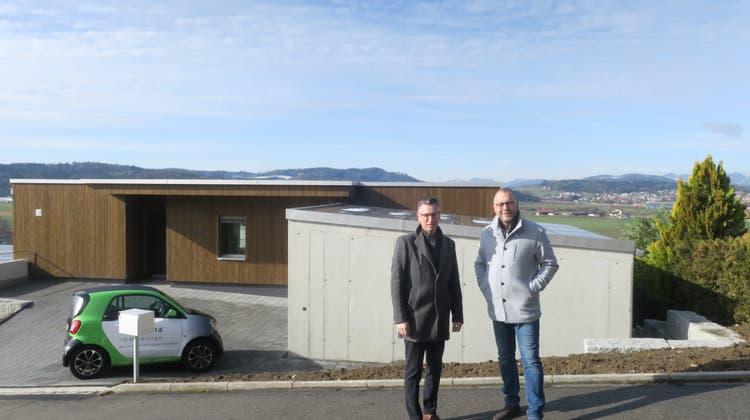 Daniel Bachmann und Harald Knaus von Alpha immobilien vor dem neuen Terrassenhaus am Schafrain, Muhen. (Flurina Dünki / Aargauer Zeitung)