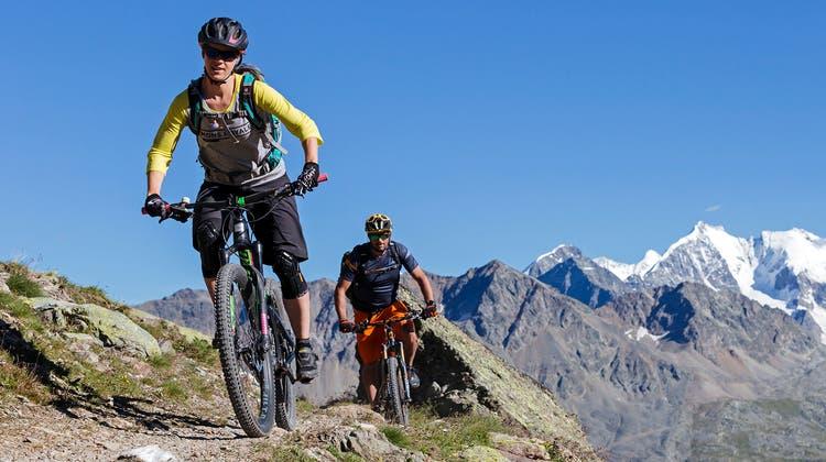 ENGADIN ST. MORITZ - Mountainbiker auf dem Suvretta Loop (Nr. 671) im Hintergrund sieht man das Berninamassiv. Mountain bikers on the Suvretta Loop (No. 671), with the Bernina Massif visible in the background. Mountainbiker lungo l'anello del Suvretta (no 671), sullo sfondo s'intravede il massiccio del Bernina.Copyright by: ENGADIN St. Moritz By-line: swiss-image.ch/ Filip Zuan (Filip Zuan)