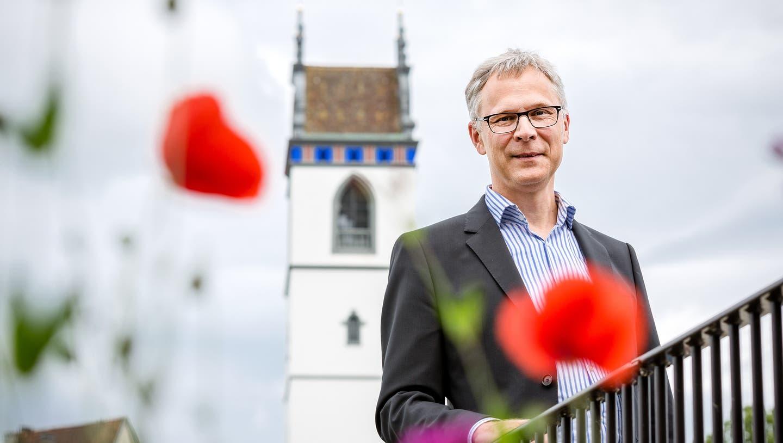 Christoph Weber-Berg, Kirchenratspräsident der reformierten Kirche Aargau. Im Hintergrund die Stadtkirche Aarau. (Sandra Ardizzone)