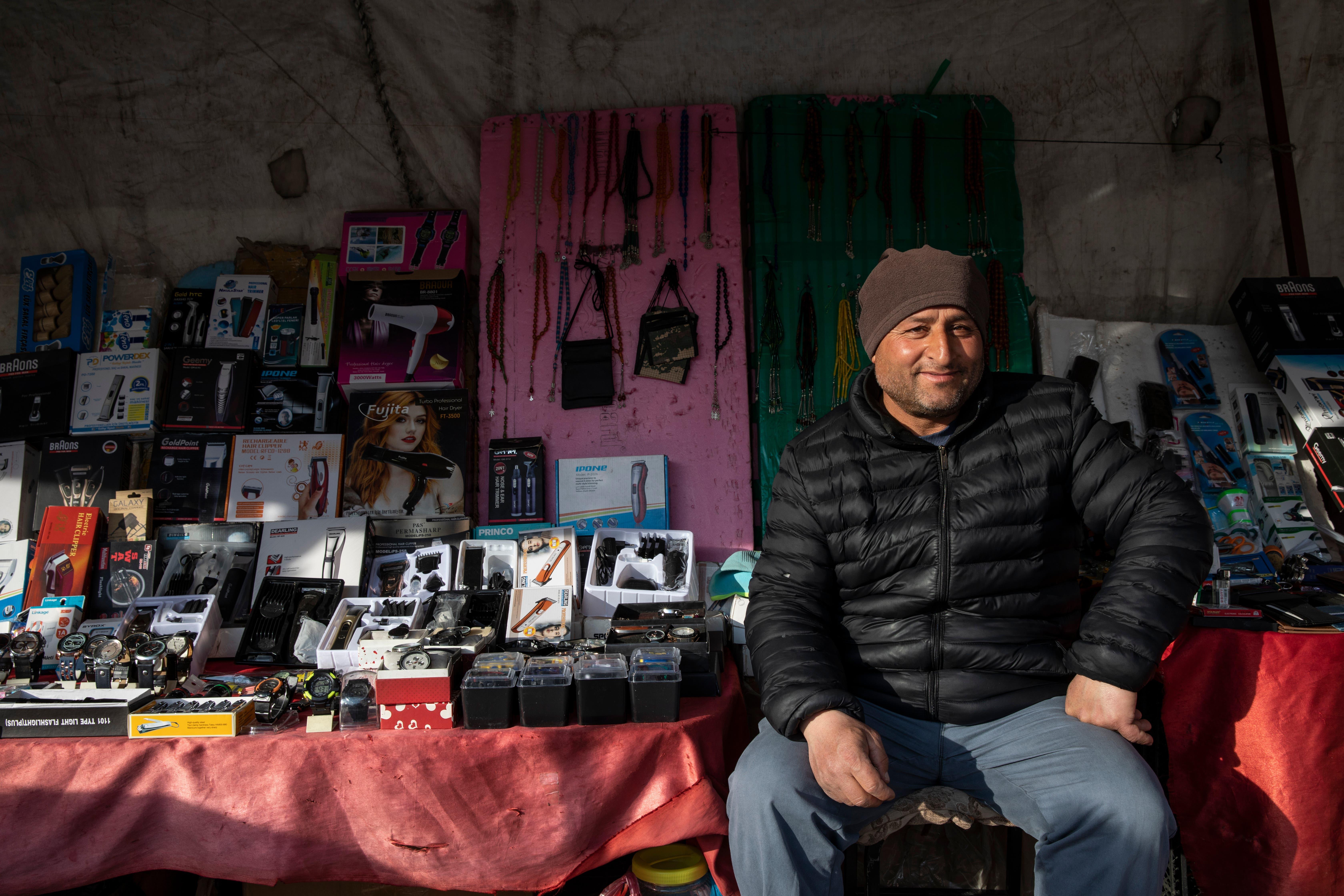 Ein Strassenverkäufer verkauft Kopien von Markenprodukten.