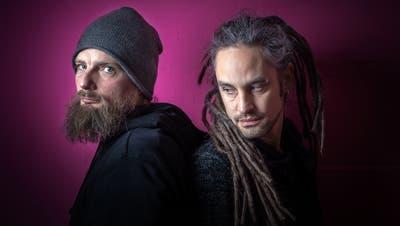 Dominik Kesseli, links, und sein Bandkollege Michael Gallusser. Zusammen treten sie als Lord Kesseli & the Drums auf. (Bild: Michel Canonica)