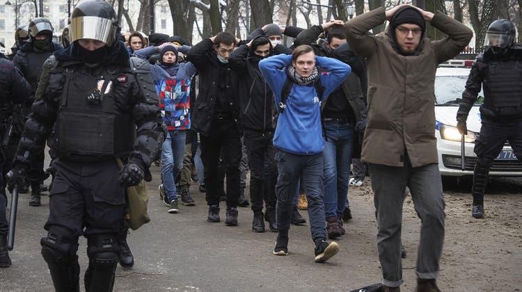 Verhaftet und abgeführt von der russischen Polizei: Tausende Menschen, die für die Freilassung des Kremlkritikers Alexej Nawalny auf die Strasse gingen, finden sich anschliessend im Gefängnis wieder. (Dmitri Lovetsky / AP)
