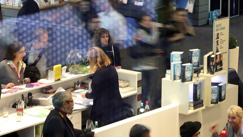 Als «Corona» noch ein Buchtitel hätte sein können: Blick in die Messehalle der Frankfurter Buchmesse 2016. ((Photo by Hannelore Foerster/Getty Images))
