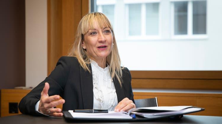 Die neue Uzwiler Schulratspräsidentin Marion Harzenmoser (für das Foto kurz ohne Maske). (Bild: Tobias Garcia)