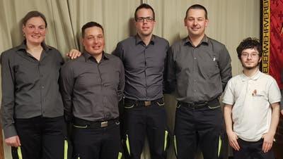 Blieben für ein weiteres Jahr in ihrem Amt (von links): Aktuarin Tanja Marty, Kassier Meinrad Breu, Beisitzer Andre Gisler, Präsident Philipp Waldis und Wachtchef Benjamin Infanger. (Bild: PD)