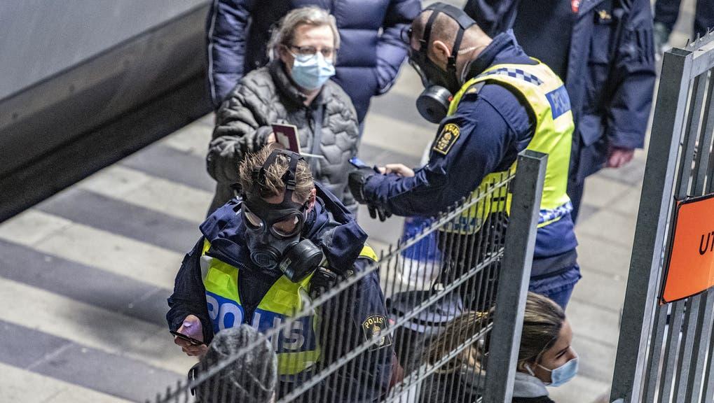 Schwedische Polizisten kontrollieren Einreisende an der Grenze zu Dänemark, nachdem die beiden Nachbarländer im Dezember ihre Grenzen zueinander geschlossen haben. (Keystone)