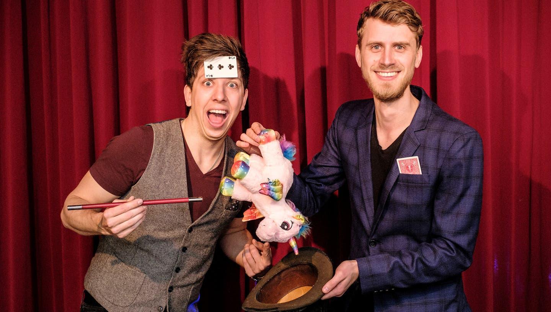 Nico Studer (links) und Dominik Golaszewski (rechts) eröffnen im März die erste Zauberschule in der Nordwestschweiz. (Kenneth Nars)
