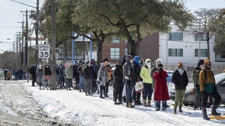 Stundenlanges Warten für ein paar Lebensmittel: Die Versorgung mit Wasser und Nahrung drohte in Texas (im Bild eine Menschenschlange vor einem Einkaufsladen in Austin) zeitweise zusammenzubrechen. Mindestens 24 Menschen sind erfroren. (AP)