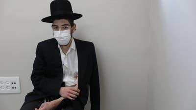 Ein ultraorthodoxer Israeli hält sich nach der Covid-Impfung den Arm. (EPA)