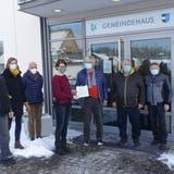 Die Petitionäre in Ehrendingen übergeben 277 Unterschriften an Salomé Rumpold, Leiterin Einwohnerdienste, zuhanden des Gemeinderates. (Jürg Hermann)