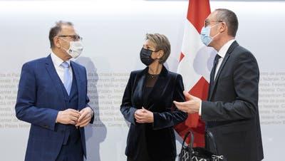 Umstrittene Medienkonferenz: Karin Keller-Sutter mit Ständerat Hannes Germann (links) am 14.01 in Bern. (Keystone)