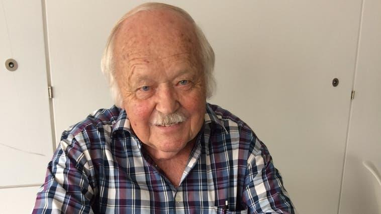 Emil Allemann (83) aus Rüttenen hat ein neues Büchlein herausgebracht. In «Gedichte und Geschichten vom runden Tisch», erinnert er an vergangene Zeiten in der Dorfbeiz. (Frb)