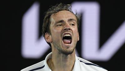 Daniil Medwedew fordert im Final der Australian Open Novak Djokovic. (Andy Brownbill / AP)