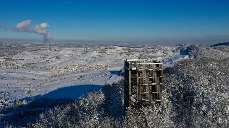 Drohnenbilder vom Cheisacherturm nach dem Wintereinbruch am 15. Januar zeigen die Schneepracht der Region. (zvg)
