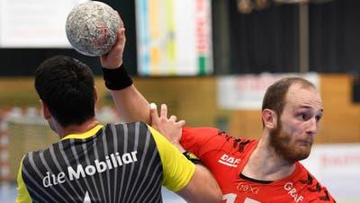 HSC-Spielmacher Tim Aufdenblatten (M.) setzt sich gegen die Otmar-Defensive durch. (Bild: Ralph Ribi)