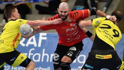 HSC-Kreisläufer Martin Slaninka (M.) und seine Teamkollegen mussten in dieser Saison gegen St. Otmar beide Male als Verlierer von der Platte. (Bild: Alexander Wagner)