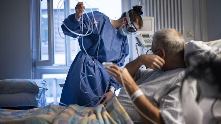 Ein Coronavirus-Patient wird im Universitätsspital Zürich behandelt. (Keystone)