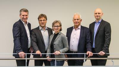 Gemeindeammann Daniel Suter (links) mit seiner Ratskollegin und seinen Ratskollegen. (Bild: zVg / «Aargauer Zeitung»)