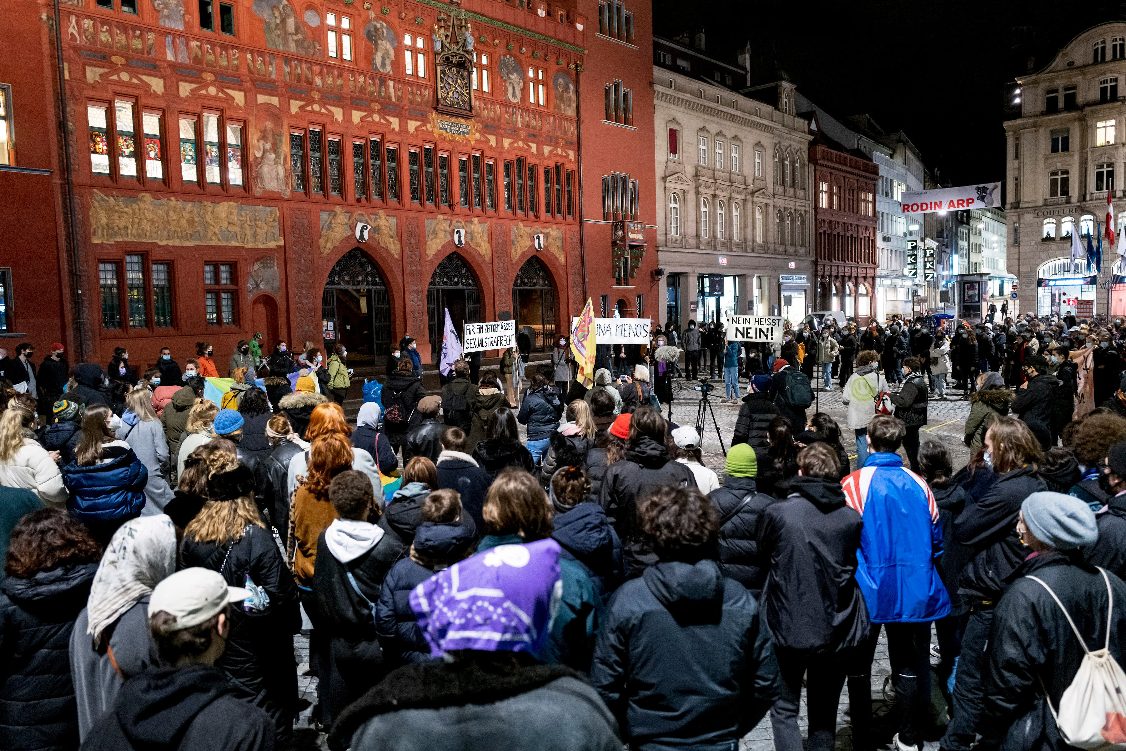 Rund 200 Personen - überwiegend Frauen - haben sich versammelt.