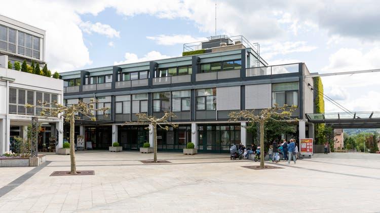 Die Bibliothek hätte in die ehemalige Coop-Filiale (links) ziehen sollen. (Severin Bigler)